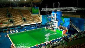 Apa verde in piscina. Alge.
